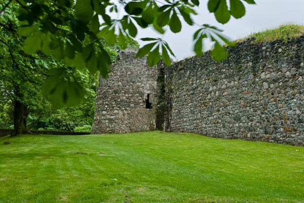 Old Inverlochy Castle photo, The curtain wall and corner turret