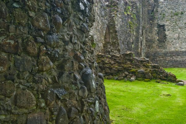 Old Inverlochy Castle photo, Inside the curtain wall