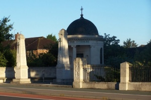 Kempston war memorial (c) Dennis Simpson