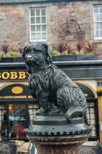 Greyfriar's Bobby statue outside the Kirkyard