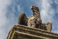 Lindsey House, A stone eagle on the gatepost