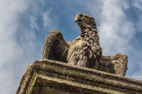 Lindsey House photo, A stone eagle on the gatepost