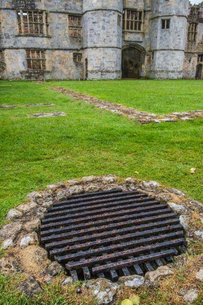 Titchfield Abbey photo, The courtyard well